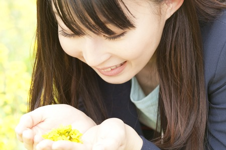 put on: Women who put the rape blossoms in the palm of your hand