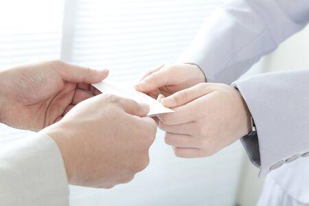 名刺を交換する実業家の手
