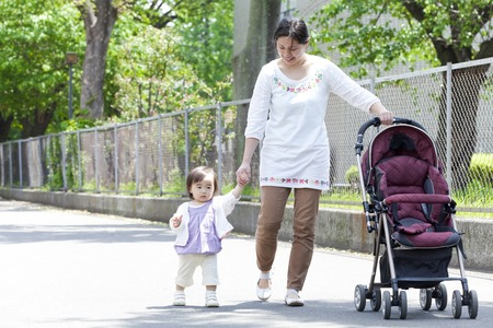 to be pleasant: Parent and child holding hands and walking Stock Photo