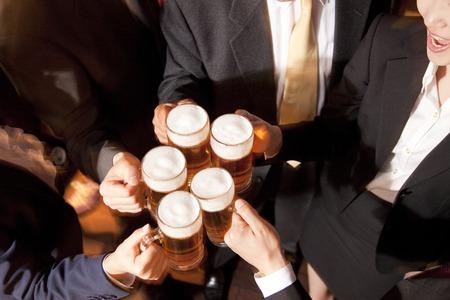 Zakenlieden roosteren met bier Stockfoto