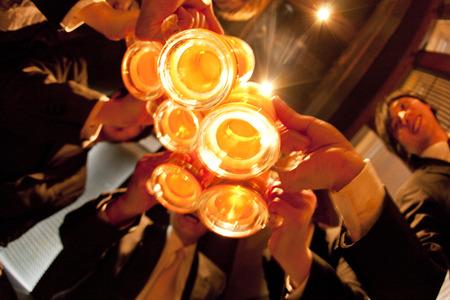Businessmen Toasten mit Bier