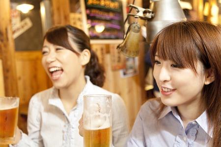 draft beer: Women who drink a draft beer