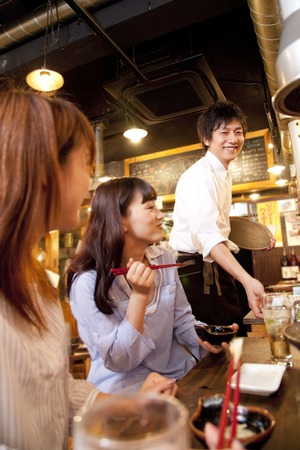 hormone  male: Clerk and female customers to issue a cuisine