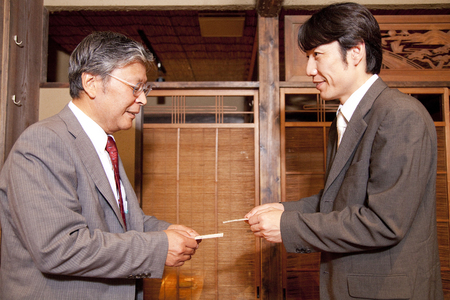farewell party: Business card Exchange