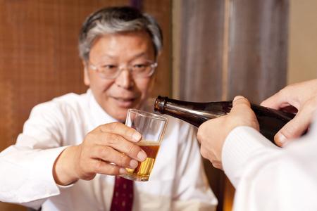 ビジネスマンを取得するお酒の提供 写真素材