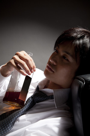 the weariness: Businessman to lie down with a whiskey