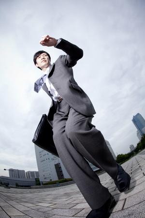 no correr: El hombre de negocios se ejecute mientras se observa el reloj