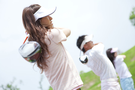 Men and women to swing at practice field Imagens
