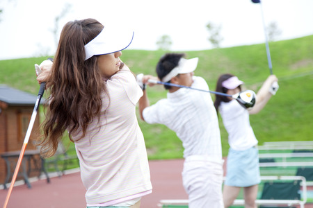 Las mujeres en la práctica del golf Foto de archivo - 43020263