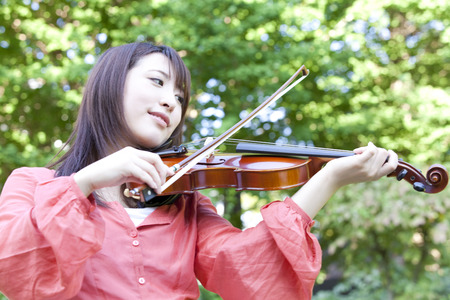 College girls playing the violin 写真素材