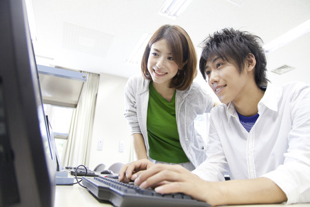 College students to work with PC 版權商用圖片