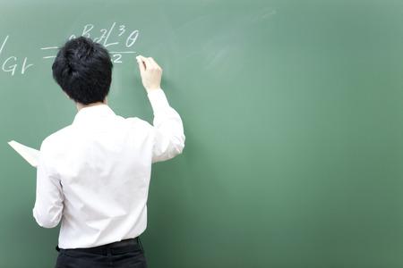 講師が黒板に式を作成するには