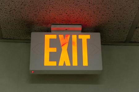 salida de emergencia: Indicaci�n de los hoteles de la salida de emergencia Foto de archivo