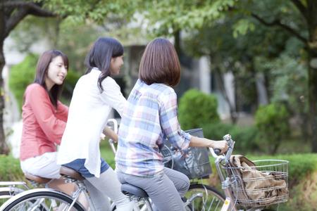 女子学生が自転車に乗る