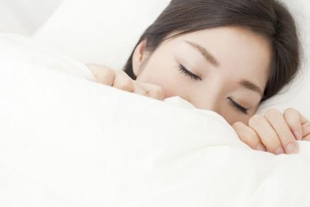 Femme endormie dans un lit Banque d'images - 43093481