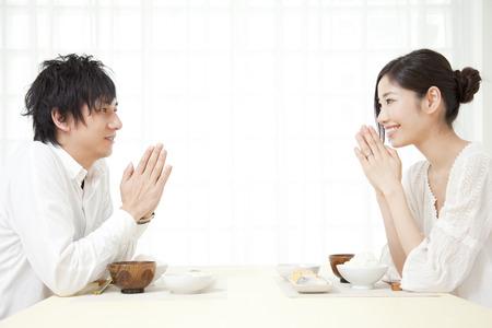 pareja comiendo: Pareja desayunando Foto de archivo