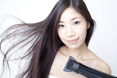 secador de pelo: Las mujeres secar el pelo con un secador