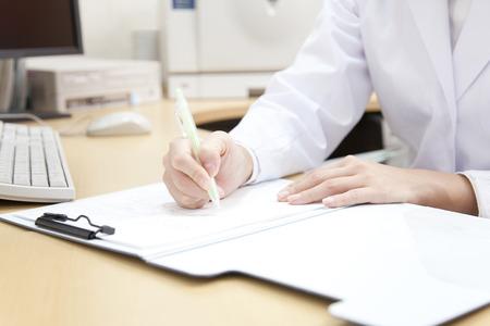 여자 의사는 의료 기록에 쓸