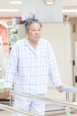 pacientes: Los pacientes a caminar práctica Foto de archivo