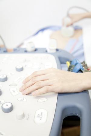 utiles de aseo personal: La mano de la enfermera que la prueba de eco