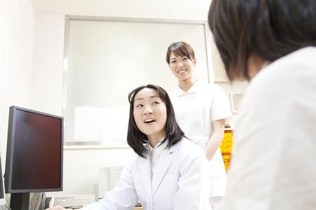 여자 의사와 간호사 그 인터뷰