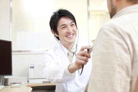 consulta médica: Médico derramada estetoscopio Foto de archivo