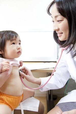 medico pediatra: Pediatra cobertizo estetoscopio para niños Foto de archivo