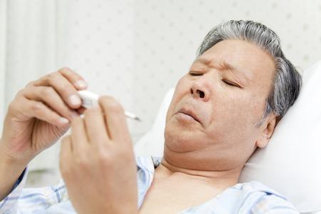 pacientes: Los pacientes miran term�metro Foto de archivo