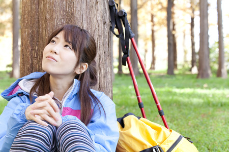 mujer descansando: Woman resting under a tree
