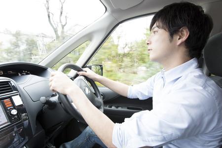 자동차를 운전 남자