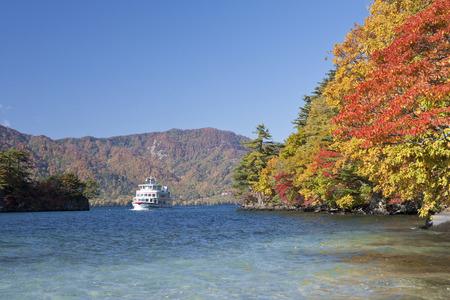 秋の紅葉の十和田湖