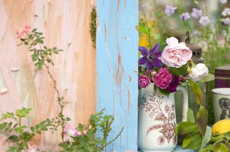 バラとクレマチスのいたずらな花瓶