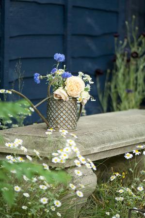 ベンチの上にいたずらな花瓶 写真素材