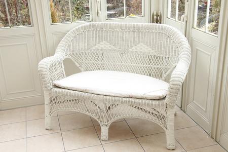 Witte Rieten Stoel : Witte rieten stoel van garden room royalty vrije foto plaatjes