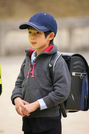 ni�os caminando: Ni�os que recorren parque infantil Foto de archivo