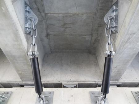 高架橋の落下防止のチェーン