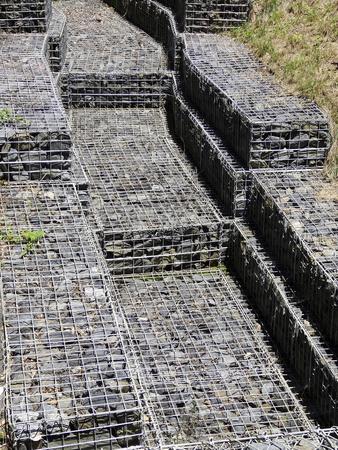 penetracion: La permeabilidad de un canal de agua de prevenci�n de inundaciones Foto de archivo