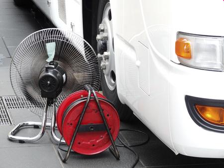 アイドリングのバスのエンジンを冷却するファン 写真素材