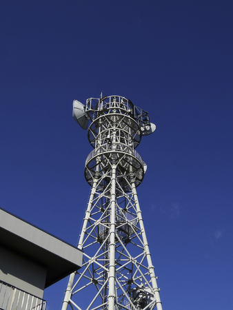 carrera de relevos: Base de relé de la antena parabólica