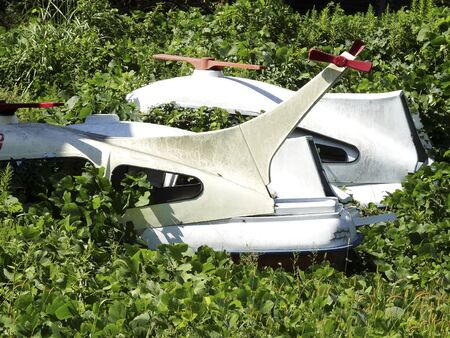 renounce: Pleasure boat that was abandoned in the field