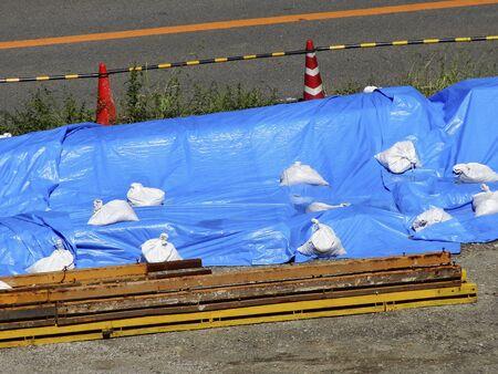 materiales de construccion: hoja de color azul estaba cubierto de materiales de construcci�n Foto de archivo