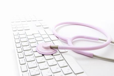utiles de aseo personal: Con un estetoscopio y el teclado Foto de archivo