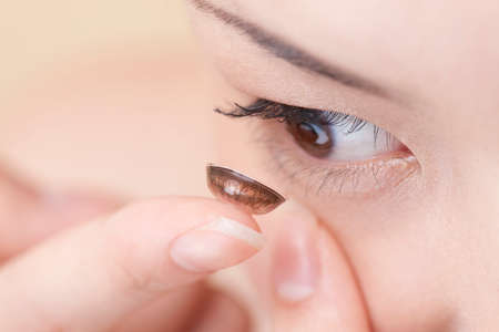 fingertip: Woman tries to color contact lenses