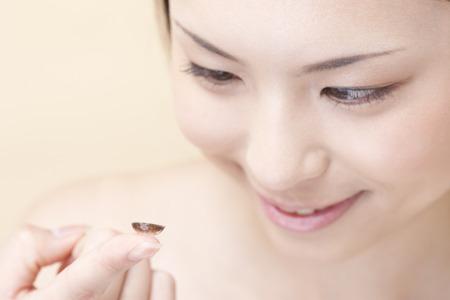 lentes de contacto: La mujer intenta dar color a las lentes de contacto Foto de archivo