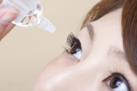 目薬を指す女性