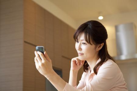 multi family house: Women see the Smartphone