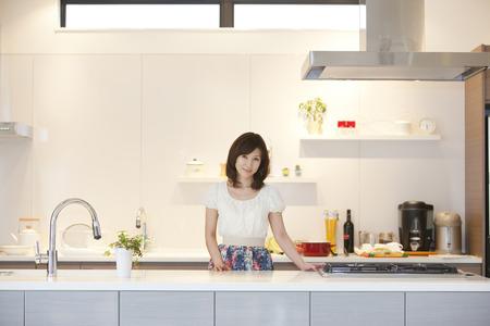 Vrouwen staan in de keuken Stockfoto