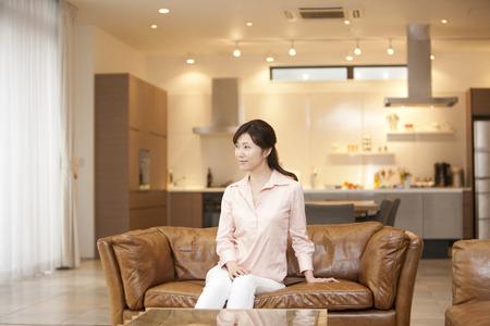 seres vivos: Las mujeres se relajan sentados en el sofá
