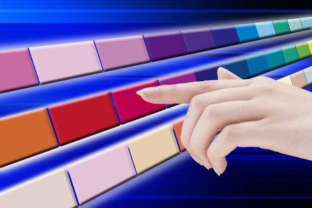 色を選択する女性達