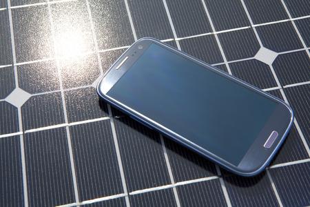 Solar Panel and Smartphone 版權商用圖片